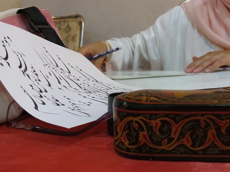 بانوی سنندجی که زلف هنر به قرآن گره میزند